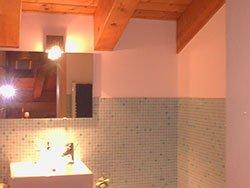 Un bagno con un tetto in legno