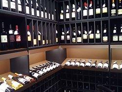 un mobile in legno porta vino