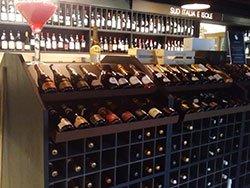 un mobile con dei vini in un'enoteca