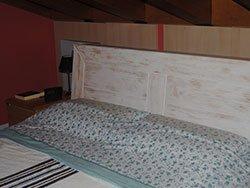 un letto in legno di color bianco
