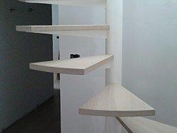 dei gradini bianchi legno