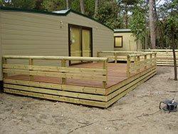 una casetta in legno con una terrazza in legno
