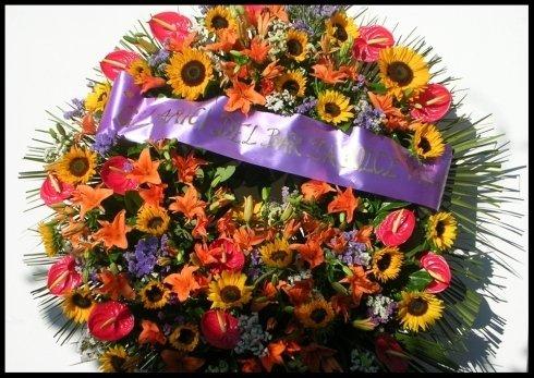 Corona funebre con girasoli, lilium, anthurium e statice misto