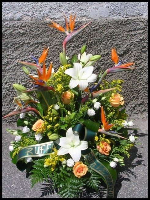 Composizione funebre con strelizie, lilium, rose e solidago