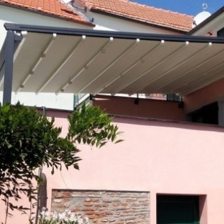 Tende pergole per abitazioni con predisposizione di faretti per illuminazione incorporati