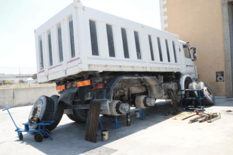 riparazione camion bianco