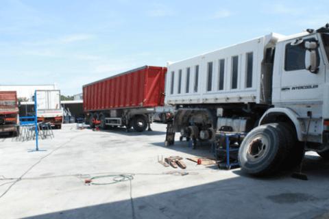 parcheggio con camion in riparazione