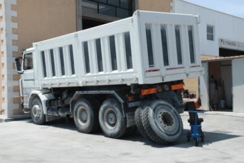 riparazione pneumatici camion bianco
