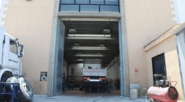 camion all'interno dell'officina