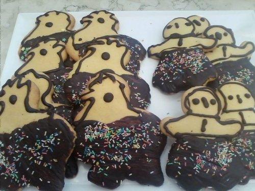 una scatola con dei biscotti al cioccolato a forma di polli