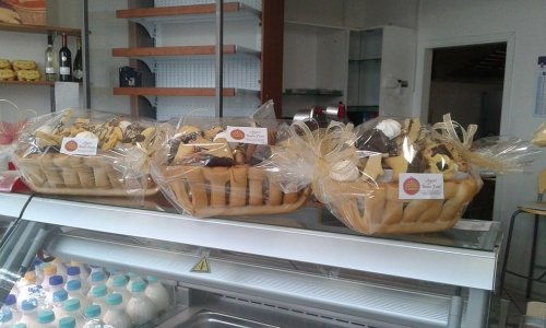 dei cestini di biscotti al cioccolato