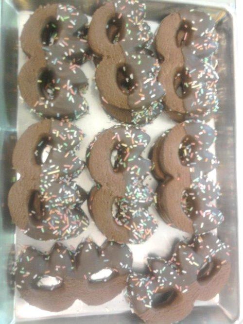 dei biscotti al cioccolato a forma di  maschere