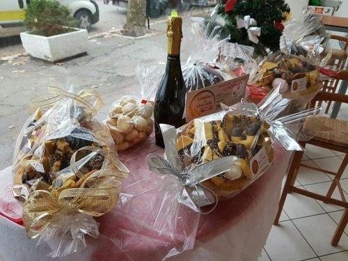 delle confezioni regalo di biscotti e uno spumante