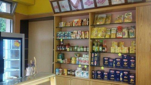 un mobile con delle mensole di pasta, pane e altri prodotti
