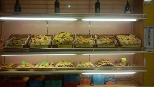 una vetrina con dei biscotti