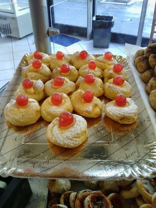 un vassoio di pasticcini con ciliegie candite