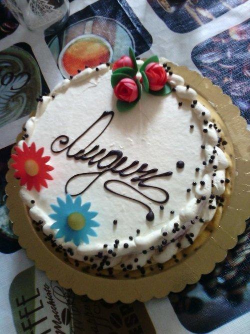 una torta con scritto Auguri