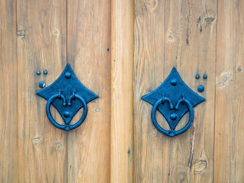 Maniglie di una porta a Caronno Pertusella