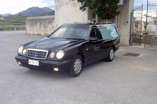 Un carro funebre Mercedes nero