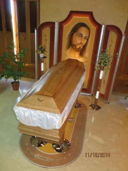 Una bara di un pannello in legno con il volto di Gesù disegnato