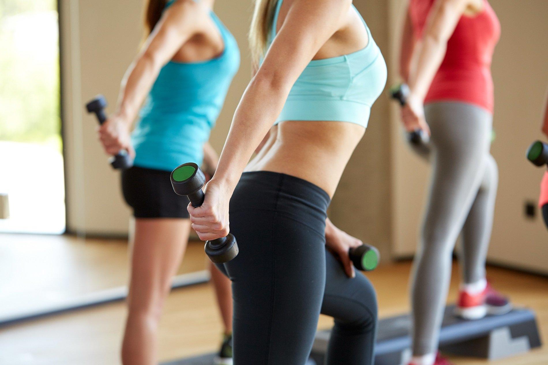 donne che si allenano con i pesi