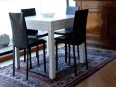 tavolino bianco e sedie nere in stile minimale