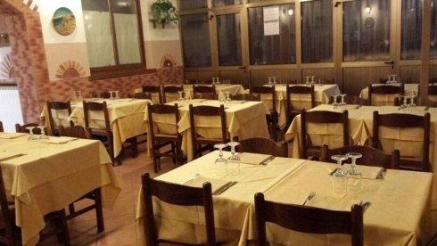 sala di una pizzeria con tavoli apparecchiati
