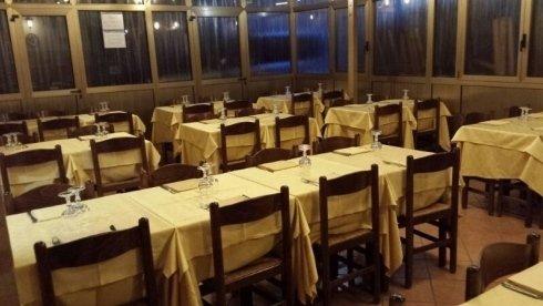 tavoli con tovaglie gialle in pizzeria