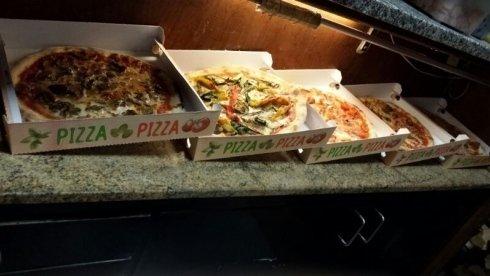 scatole di cartone con pizza