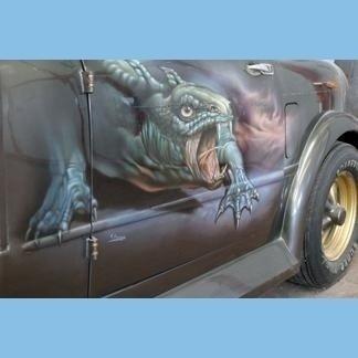 dinosauro dipinto sulla carrozzeria di una macchina