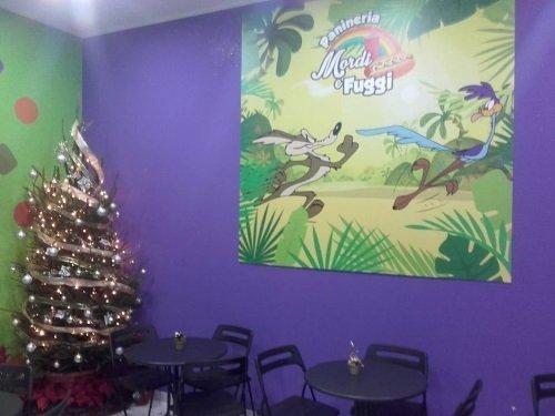 dei tavoli e un albero di Natale illuminato
