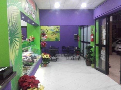 dei tavoli e delle pareti di color viola