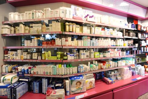 Sugli scaffali della Farmacia De Carli potrete scegliere i migliori articoli per la cura del vostro corpo.