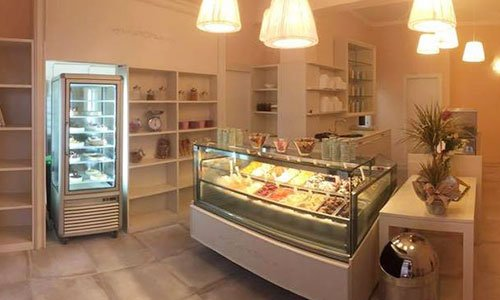 interno della gelateria con un frigorifero e i gelati in esposizione