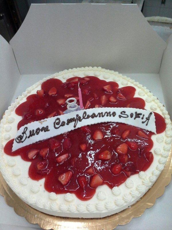 Torte di compleanno con panna e fragole