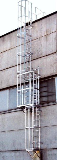 Scala fissa con gabbia di sicurezza