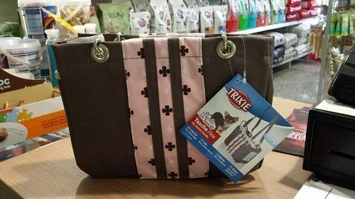una borsetta marrone e rosa