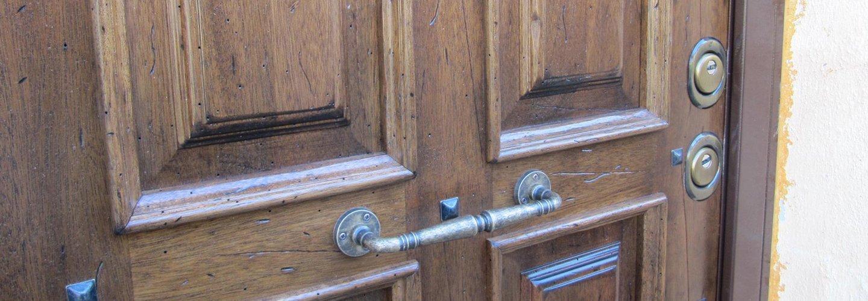 Porta in legno con la maniglia in ferro a Roma