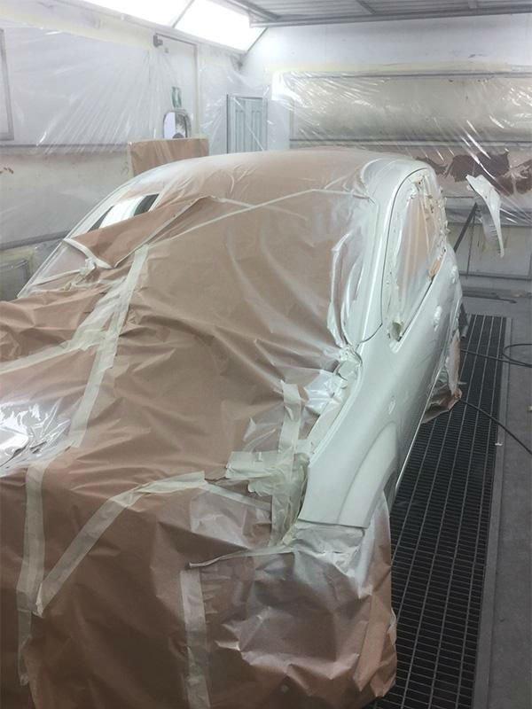 vettura coperta da un telo all'interno della carrozzeria