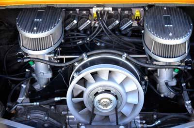 interno motore con in primo piano la cinghia
