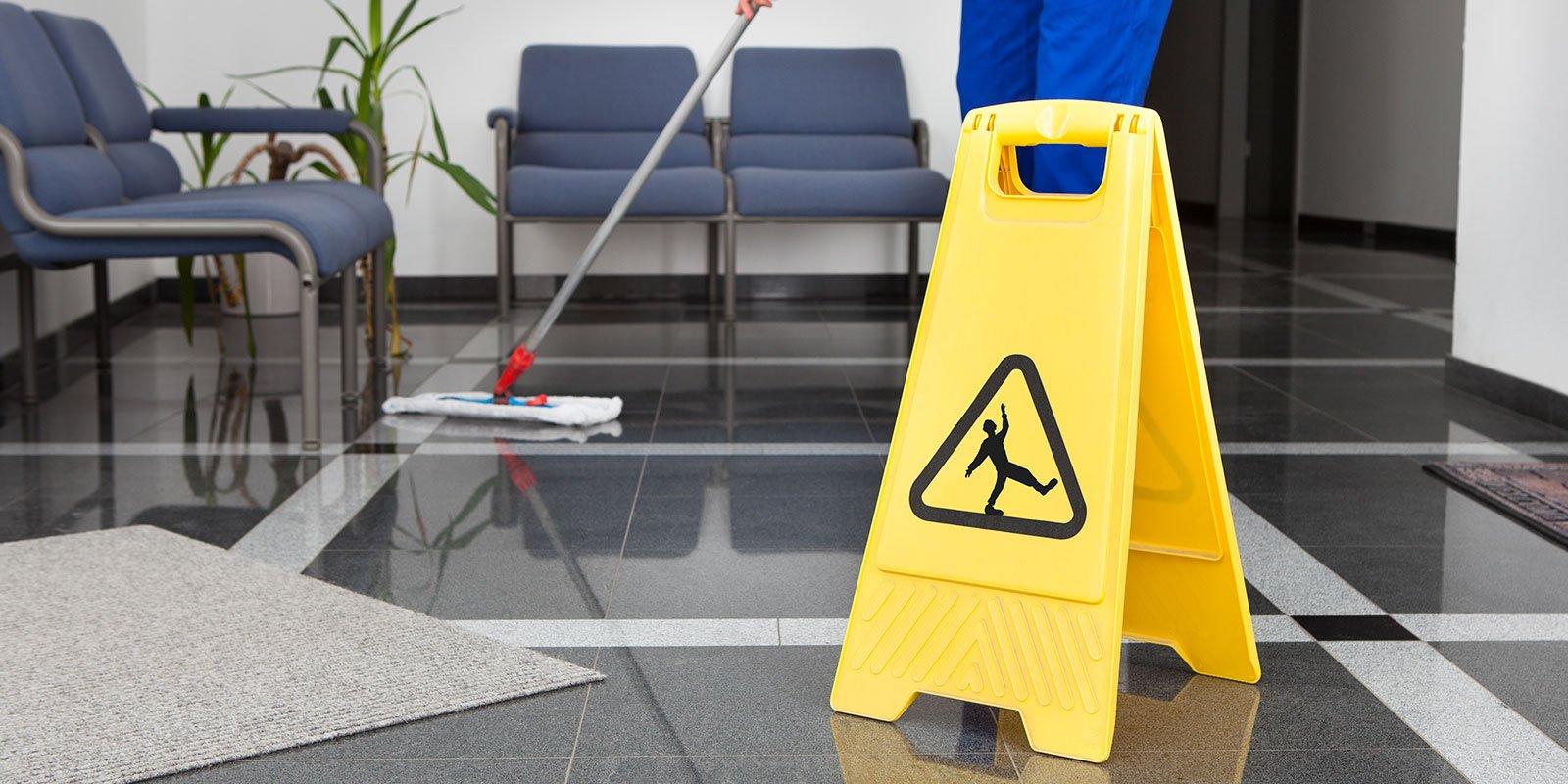 L'uomo la pulizia del pavimento Con Giallo segno bagnato del pavimento