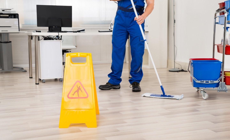 L'esperto pulendo il pavimento a San Lazzaro di Savena