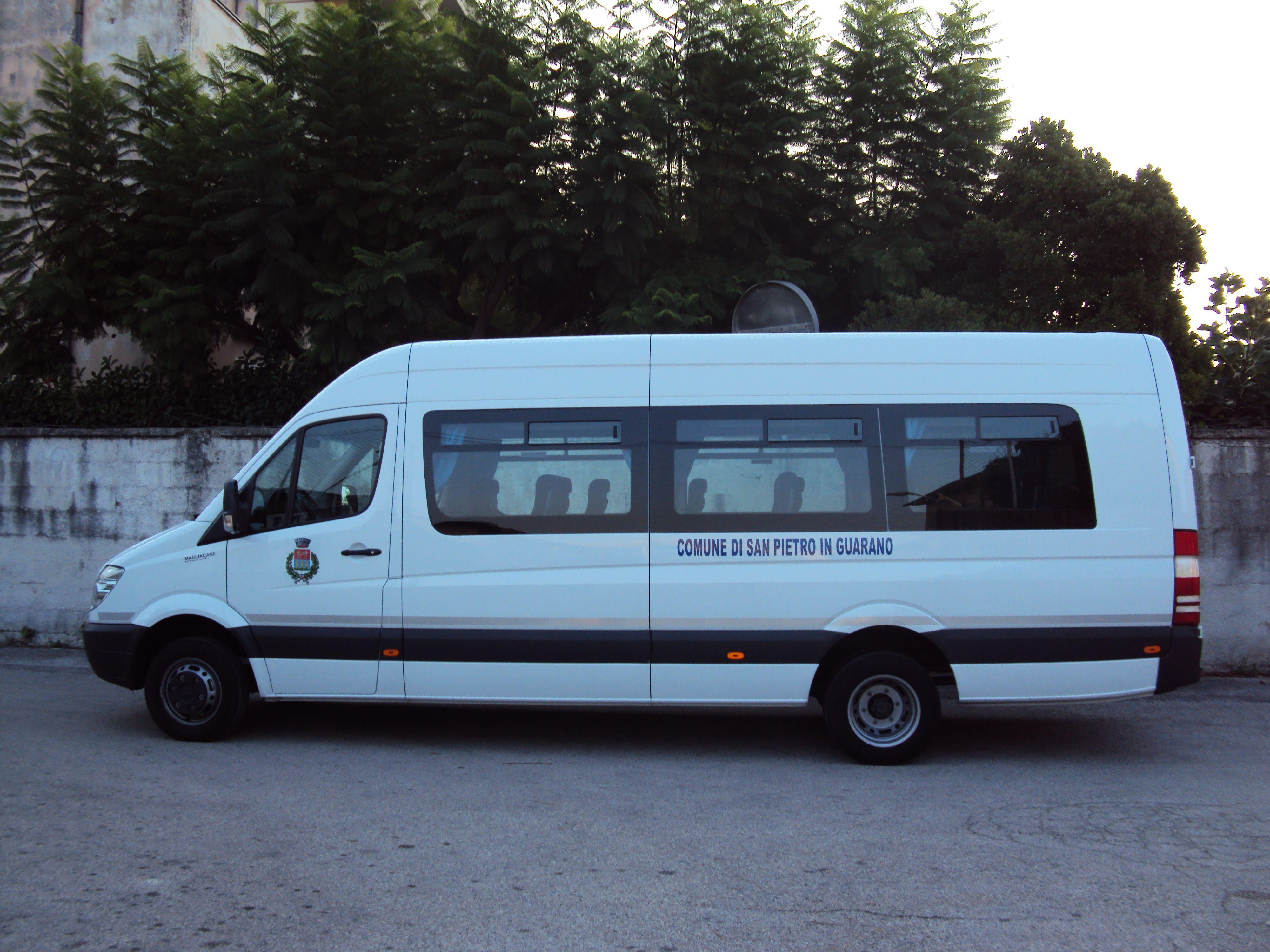 vista laterale di un minibus
