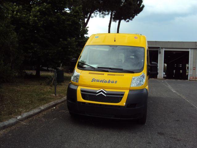 Scuolabus giallo visto di fronte