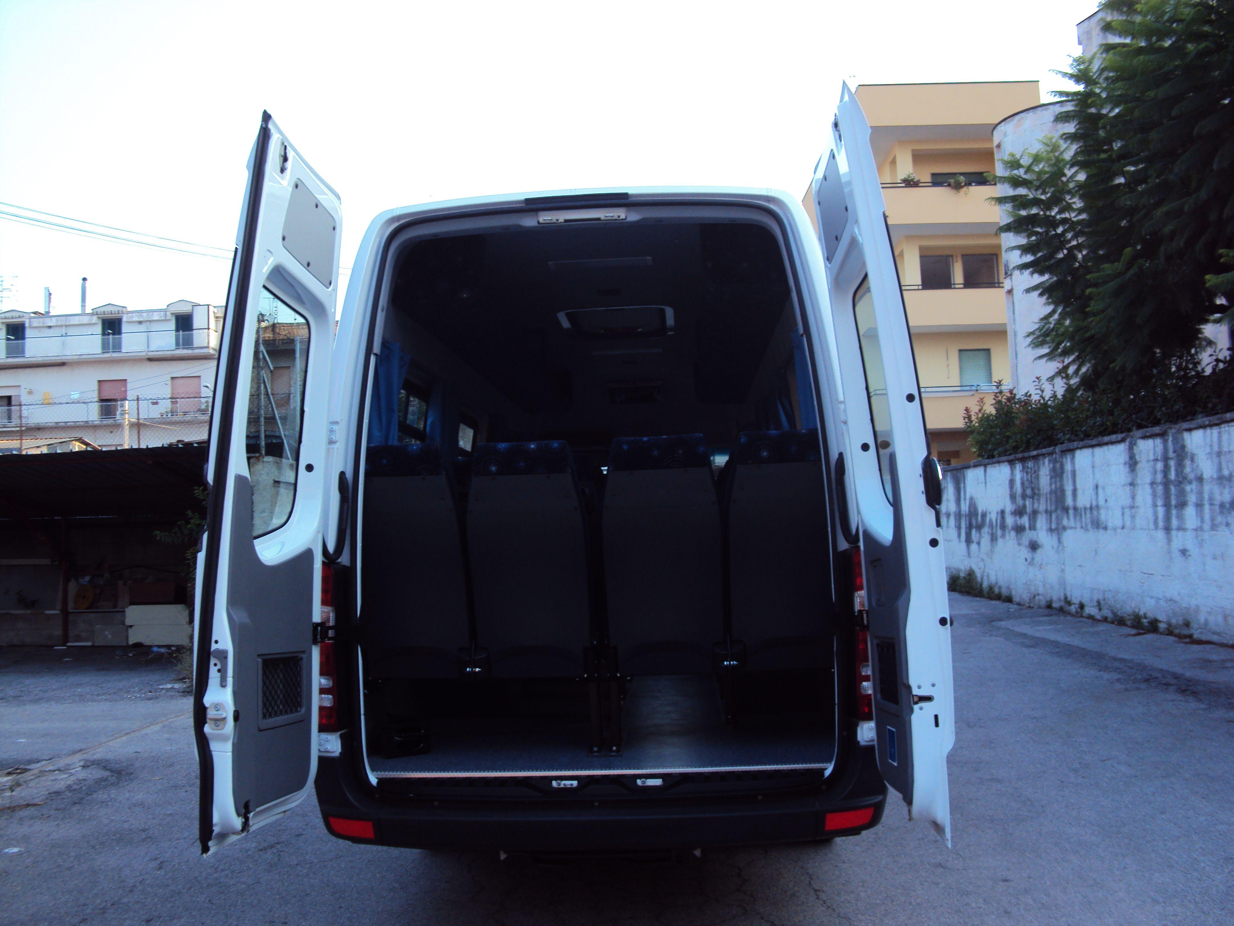 vista posteriore di un minibus