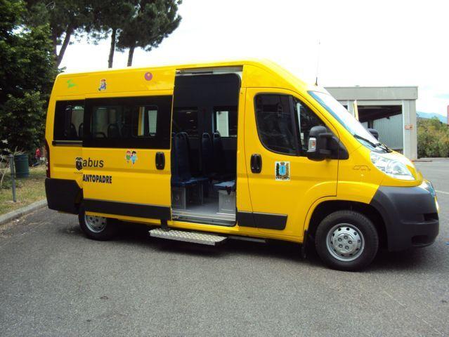 minibus giallo aperto