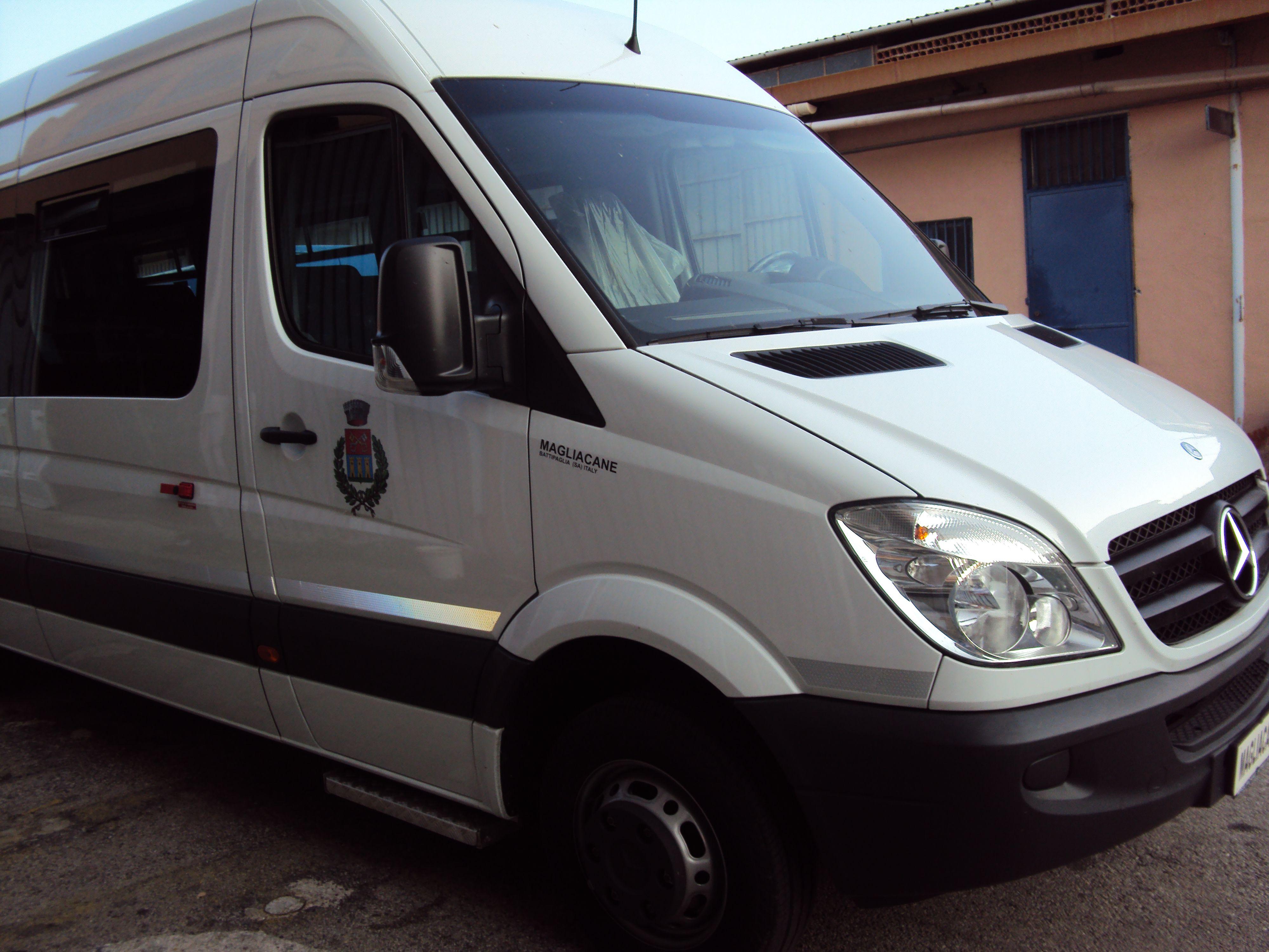 vista frontale di un minibus