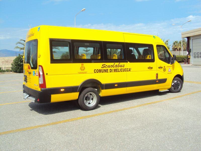 Vista laterale di uno scuola bus