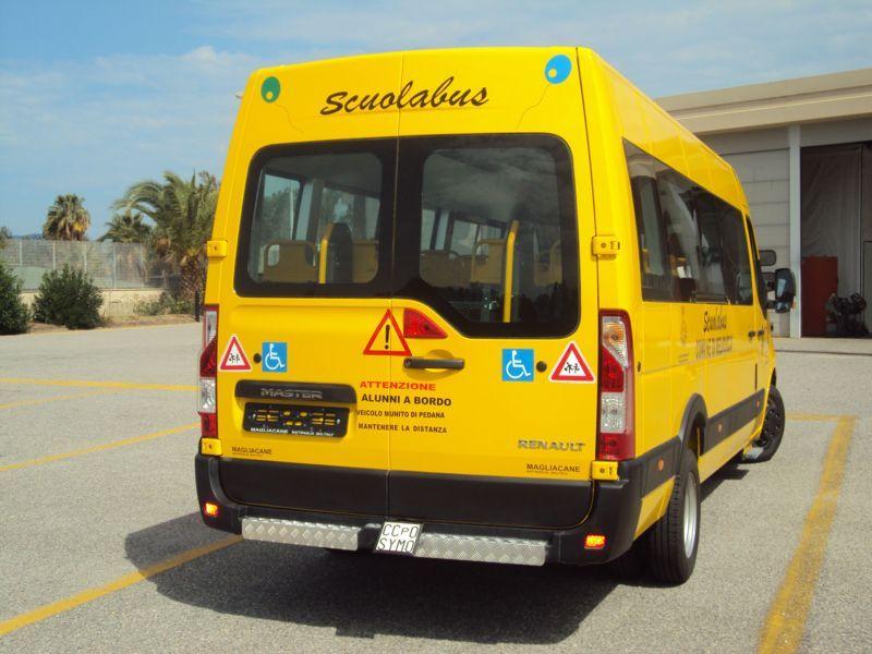 Scuolabus visto da dietro