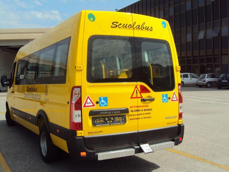 Vista posteriore di uno scuola bus